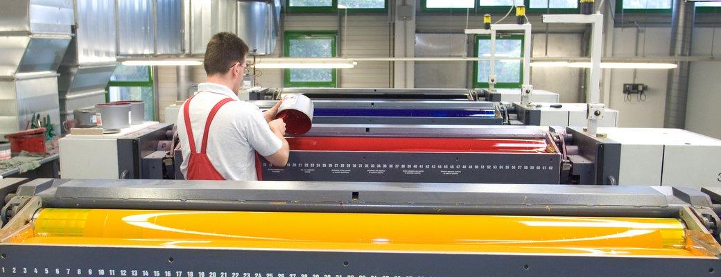 An der Druckmaschine wird jedes Farbwerk einzeln eingestellt um ein optimales Druckergebnis zu erhalten